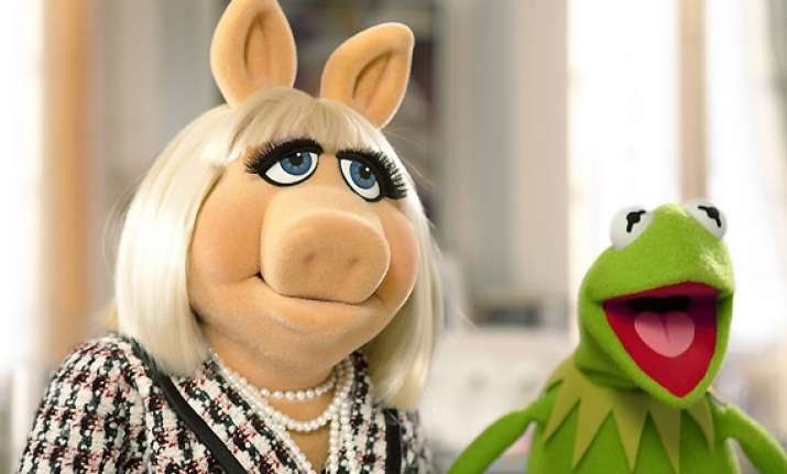 kermit piggy to present at this weekend s oscars