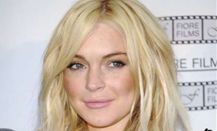 lindsay lohan begins serving sentence on house arrest