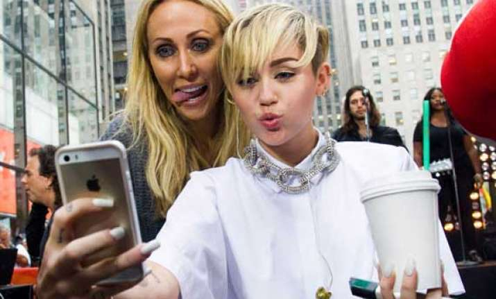 miley cyrus explores london with mom