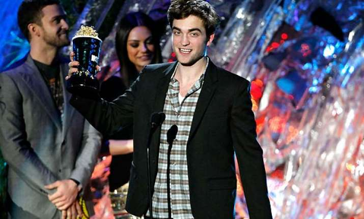robert pattinson sinks teeth into mtv movie awards