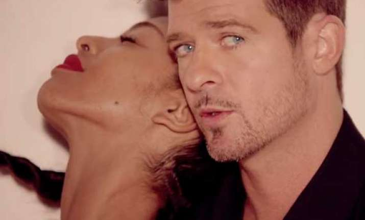 robin thicke not hesitant to be naked