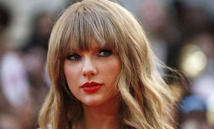 taylor swift feels prettier with red lip colour