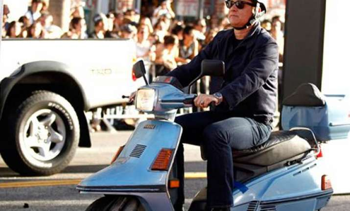 tom hanks rides a scooter to larry crowne premiere