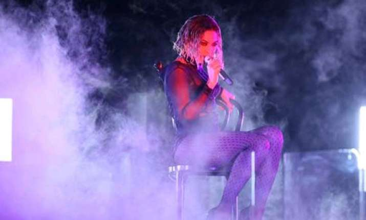 grammys 2014 beyonce opens the awards with a steamy