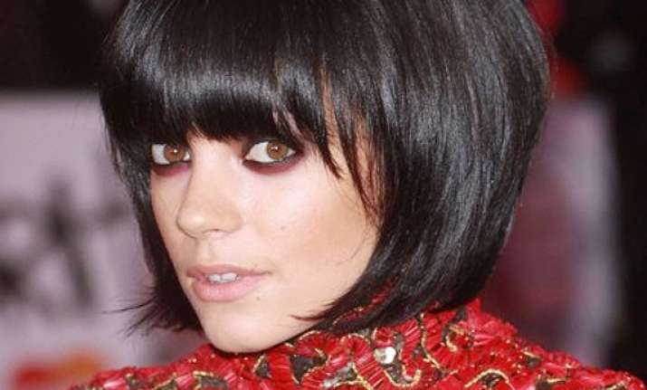lily allen hides when her songs play in pubs