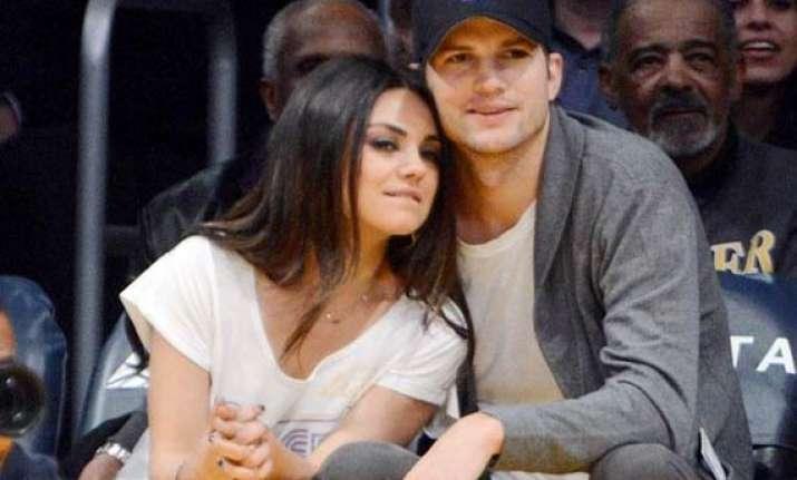 mila kunis ashton kutcher s perfect date funda white t shirt