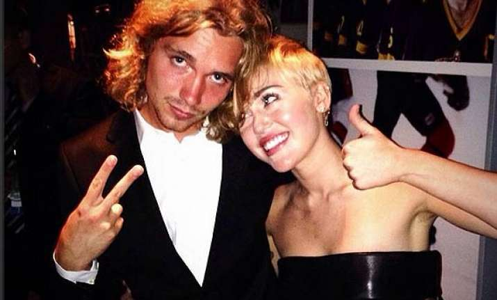 miley cyrus invites jesse held to live with her