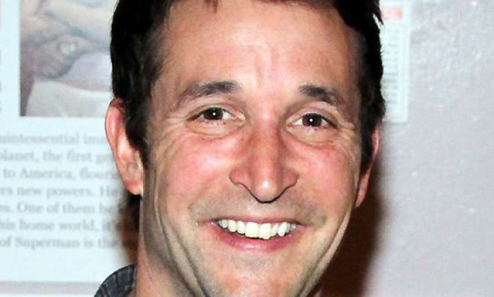 noah wyle puts on show is charm sends flowers to stranger