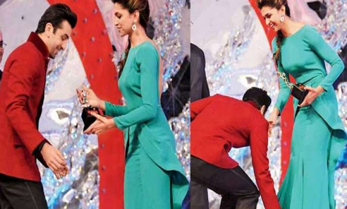 he stoops to conquer ranbir touches deepika s feet