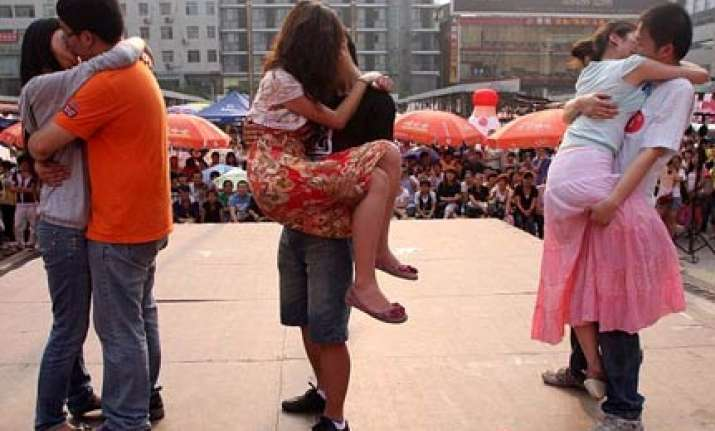 chinese couples in kissing competition prize rs 6000
