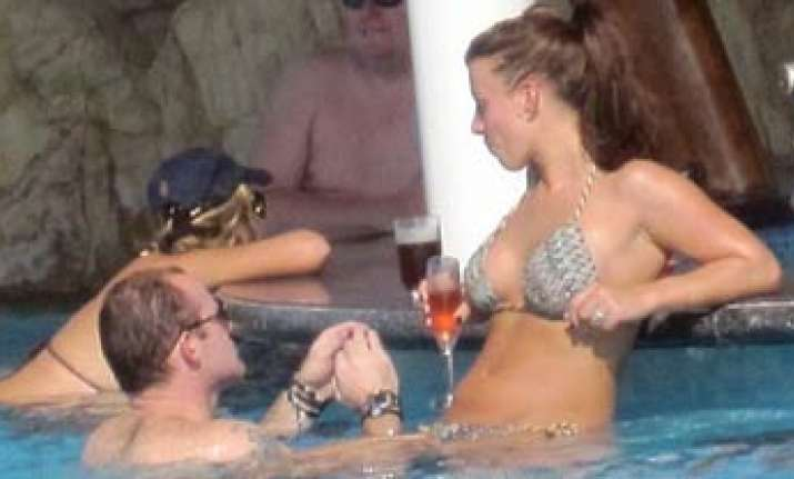 wayne rooney wife spend time at poolside of dubai hotel