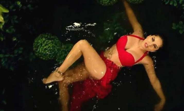 sunny leone hot saree song with ram kapoor out