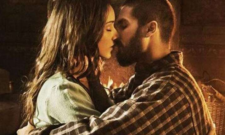 from murder to dil dhadakne do hottest kisses of bollywood