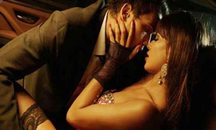 veena malik s steamy kissing scene in drama queen album