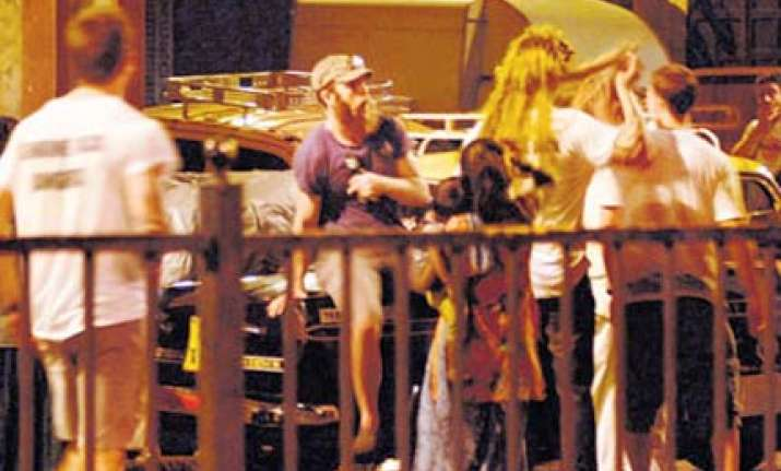 mumbai cops watched as drunk foreigners bully urinate