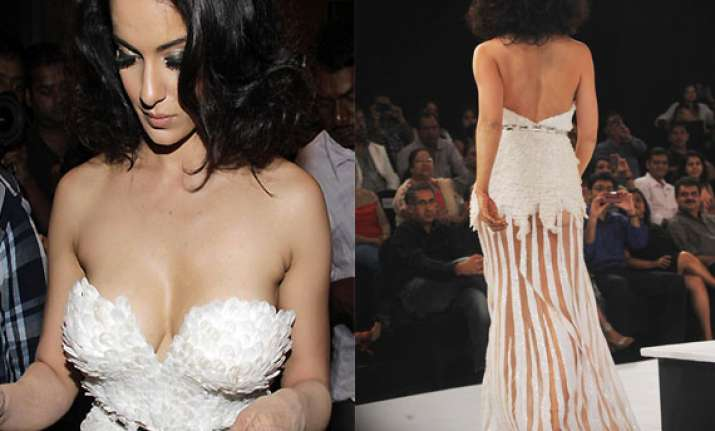 kangana ranaut suffers wardrobe malfunction