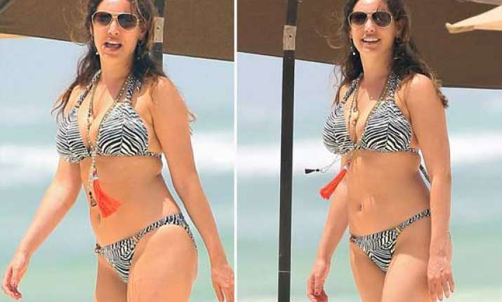 kelly brook soaks up the sun in greece view pics