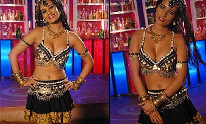 poonam pandey flaunts cleavage in item number view pics