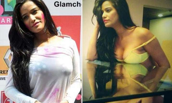 poonam pandey to gift her bra to a fan jokes go viral on