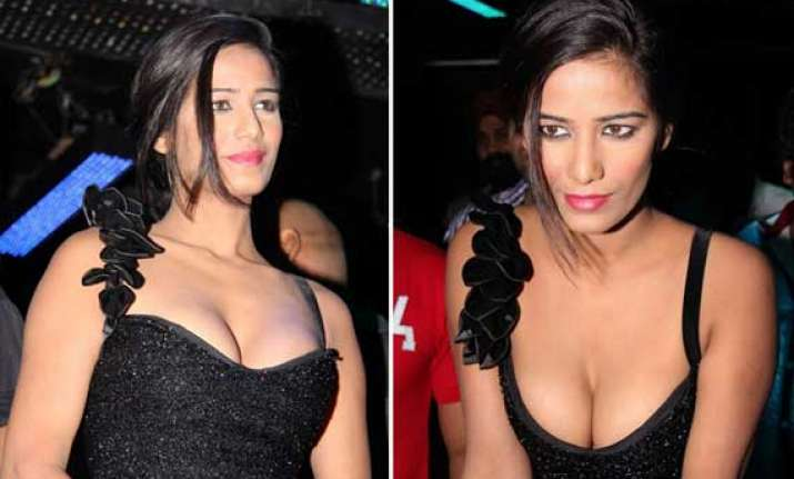 poonam pandey s cleavage show during nasha promotion view