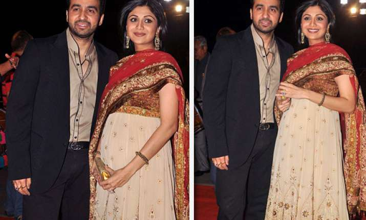 shilpa shetty shows off her baby bump