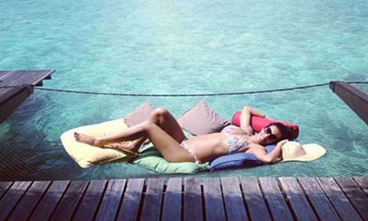 singer rochelle shows off baby bump