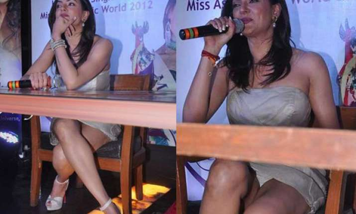 sushmita suffers wardrobe malfunction