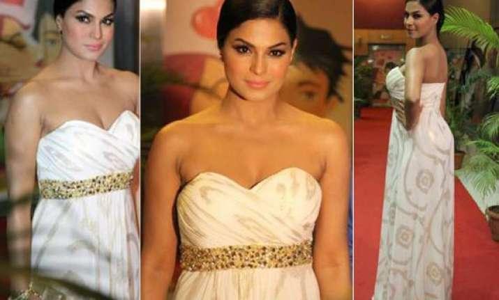 veena malik fails to look classy at zindagi 50 50 premiere