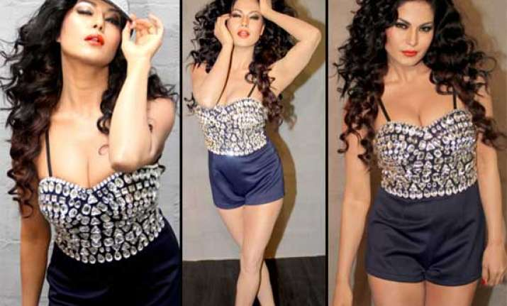 veena malik flaunts cleavage in a photoshoot view pics