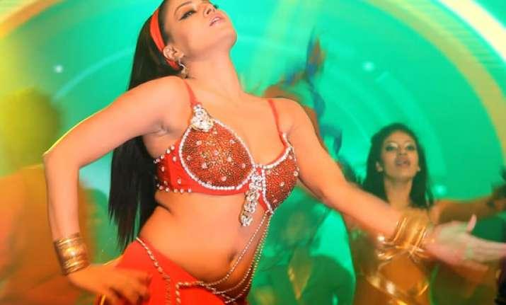 veena malik gives scintillating live performance at music