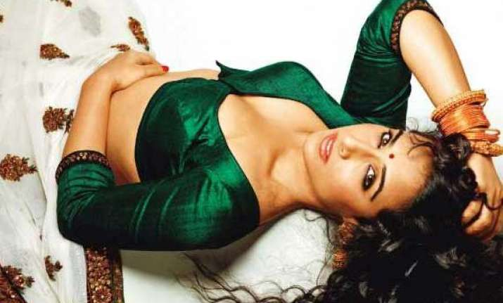 vidya wears skimpy clothes smokes to play silk smitha role