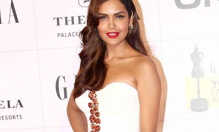 esha gupta sizzles in white at grazia awards