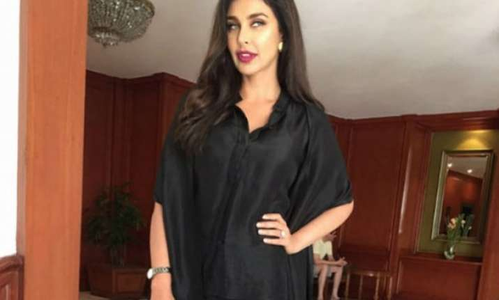lisa ray unveils rado s new watch collection