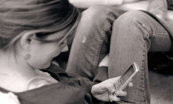 youngsters tempted to text even during sex