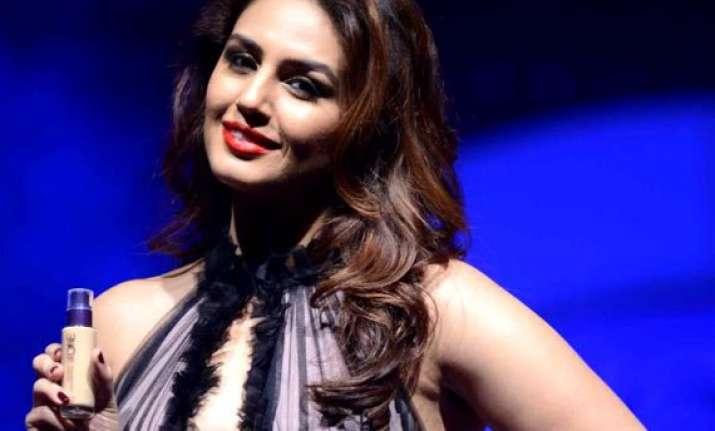 huma qureshi to endorse oriflame india s colour cosmetics