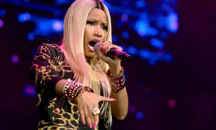 nicki minaj suffers wardrobe malfunction on stage
