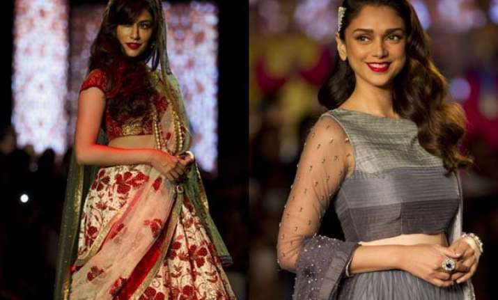 debarun makes a bollywood fashion statement at aicw