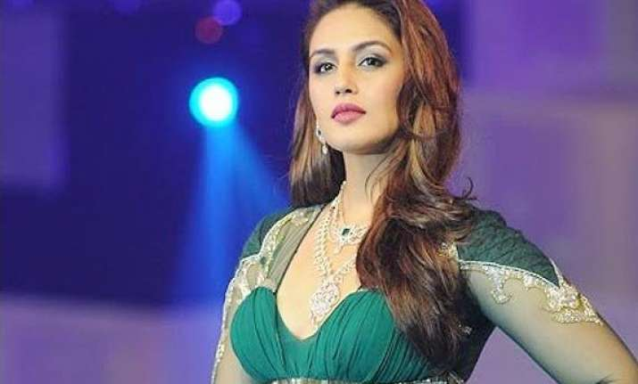 huma qureshi stuns the crowd at a jewellers show