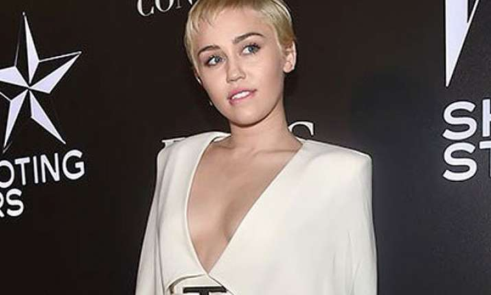 miley cyrus praises campaign featuring gay couple
