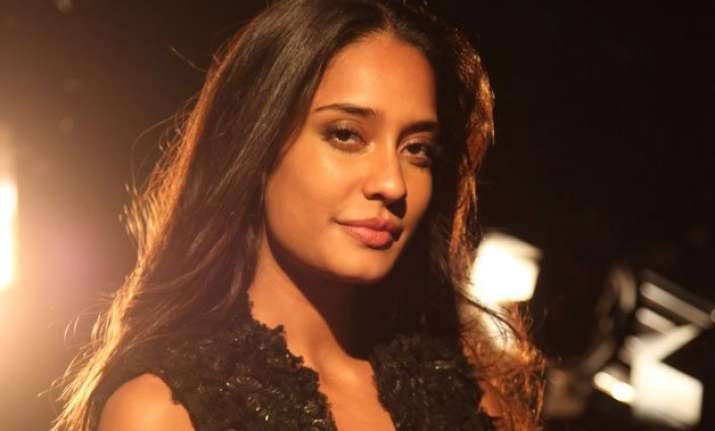 lisa haydon to be tarun tahiliani s muse at bridal fashion