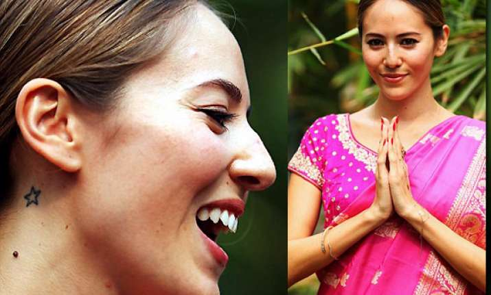 jessica michibata dazzles in pink sari at indian gp view