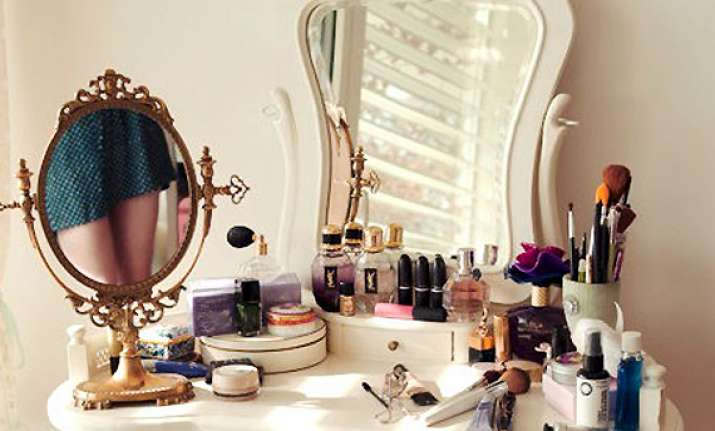 4 easy steps to clean your makeup kit view pics