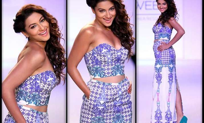 lakme fashion week 2014 gauhar khan turns mischievous on