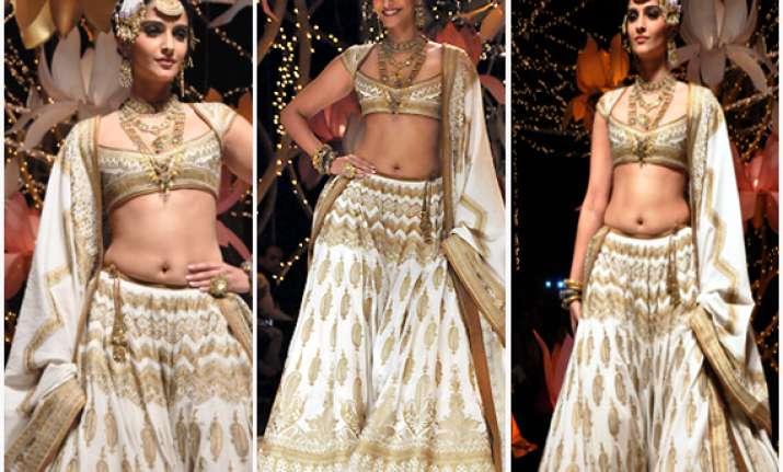 indian bridal fashion week sonam kapoor portrays the