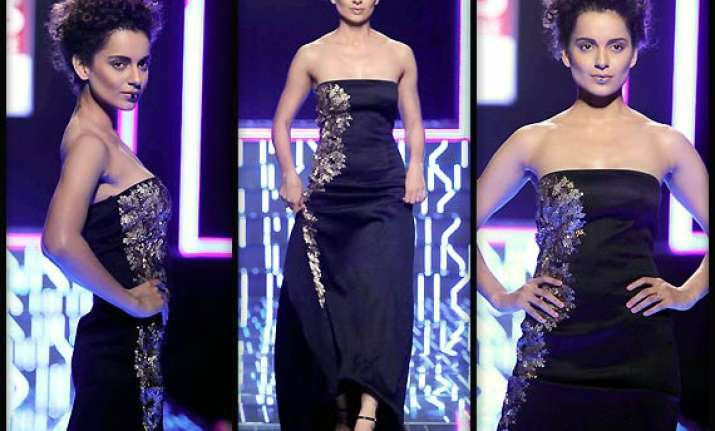 wifw aw 2014 kangana trips on ramp at grand finale see pics