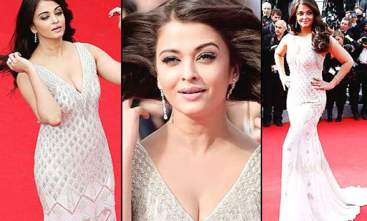 cannes 2014 aishwarya shows cleavage looks divine in