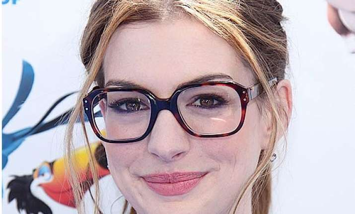 anne hathaway haggles over costly sunglasses