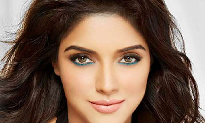 asin gives tough competition to kareena aishwarya through
