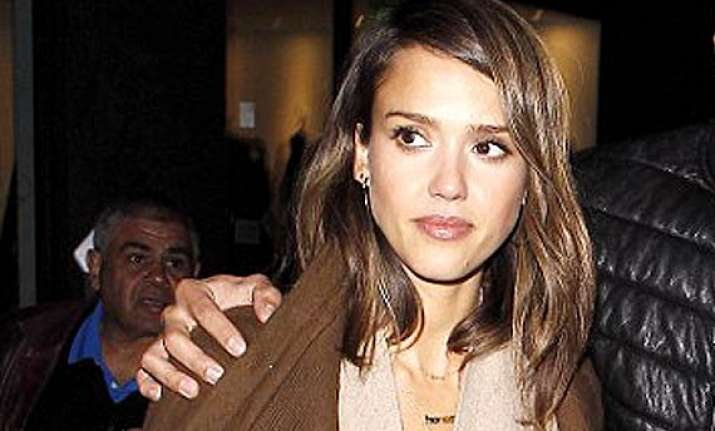 jessica alba sports new hairdo