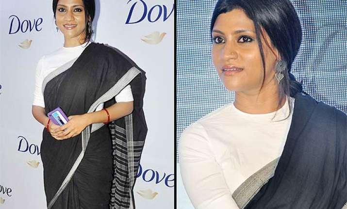 simple yet elegant konkana sen drapes a black white saree